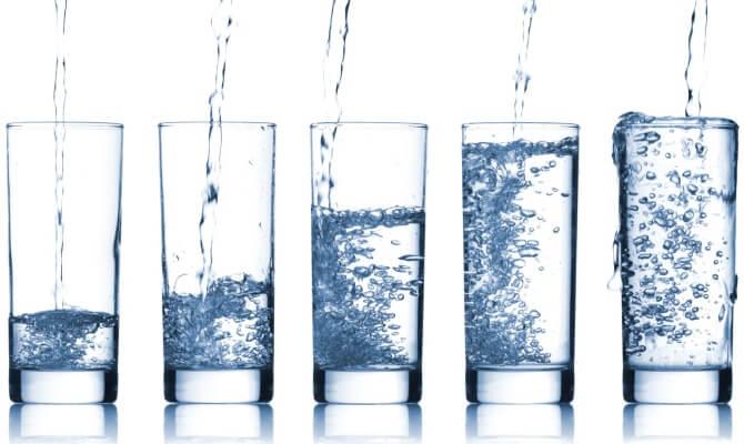 Come rendere frizzante l'acqua del rubinetto: i 2 metodi più comuni. Scopri quali sono le differenze